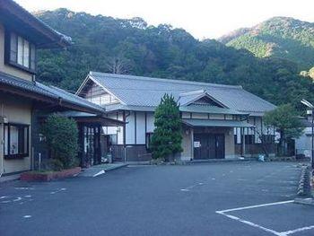 日本一の梅の里と言われる南部(みなべ)梅林。その南部梅林があるみなべ町で入れる温泉が「鶴の湯温泉」です。