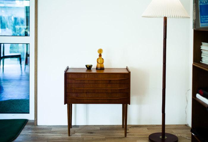 ヴィンテージの小さいコンソール型のキャビネットです。長い脚付きのキャビネットもヴィンテージらしいスタイルになります。ここでも空間に余裕を持たせて置くだけで、ヴィンテージ家具を愛でるといった気持ちになります。