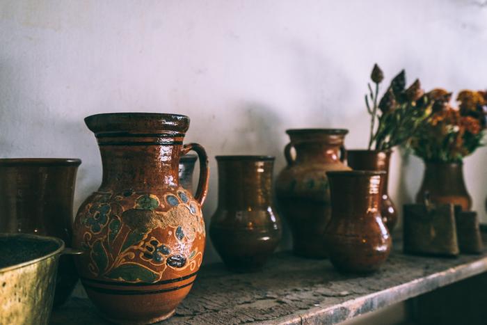 ロシアで作られたヴィンテージの壺です。元はミルクを入れる壺だったよう。ぽってりとした質感と渋い色合いが生き生きとしたグリーンとの相性がよく、和室にも似合うヴィンテージです。