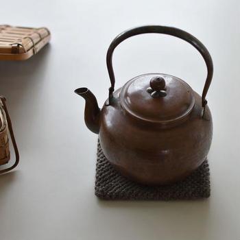 フォルムが可愛らしい銅のやかんです。実際に使うこともできますが、キッチンの決まった場所に鎮座させておくだけでも雰囲気があります。