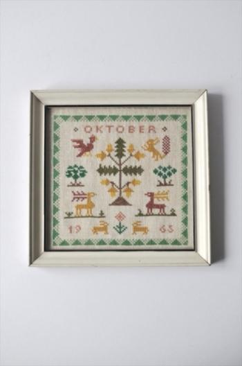 可愛らしいデンマーク製のヴィンテージの刺繍フレームです。ていねいな手作業とあたたかみのある質感がヴィンテージらしさがあっていいですね。