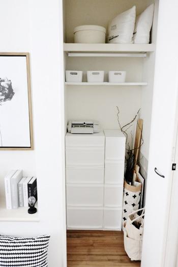 クローゼットにお洋服以外のものを収納したいとき、特に細かいものは、引き出しタイプの収納ケースを使うのがおすすめです。こちらはニトリのマルチ収納ケースを使ったアイデア。