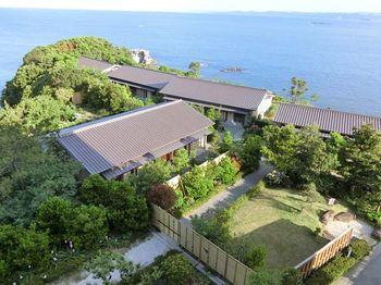 岬全体が宿となっている「海舟」。ホテル内には岩盤浴やアロマセラピーのサロン、バラ園など温泉以外の施設も充実しています。