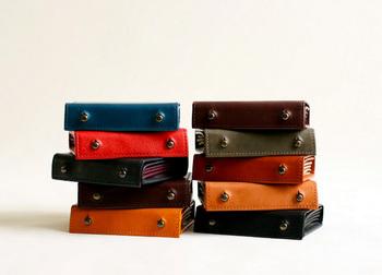 普段から身近に接しているご両親なら、お財布のくたびれ具合もよく分かるのでは?そろそろ換え時かなと思ったら、色違いで選ぶのもいいですね。