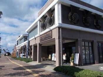 和歌山市内にも温泉は点在しています。中でも海を眺めながら温泉に入れるのが「紀州 黒潮温泉」です。
