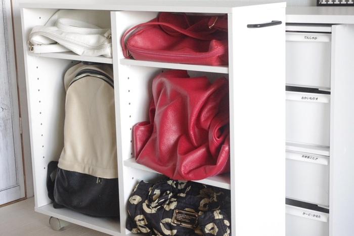 キャスター付きのマルチラックは、バッグなどを収納するのにとても便利です。大きさや素材がバラバラでも、きれいにしっかり保管しておけますね。