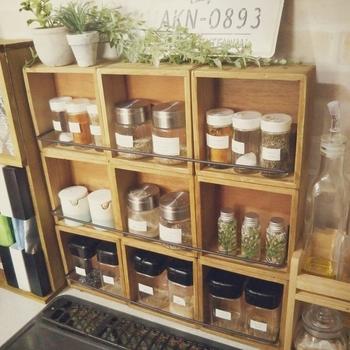 また、キッチンは、広さや形状が家庭ごとに全く違う場所。既製品の収納棚もいいのですが、DIYならちょっとした空間を収納スペースに変えられます。こちらは、100円ショップのウォールボックスをDIYしたスパイスケースです。