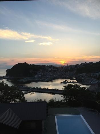 雑賀崎漁港が眼前に広がる「漁火の宿 シーサイド観潮」。全客室が海側のため、夕陽百選にも選ばれた漁港の夕日を楽しむことができます。