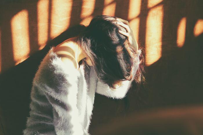 """疲れ目を放っておくと眼精疲労が進んでしまい、体の他の部分に影響が出てくることも。目の周りの筋肉""""毛様体筋""""を酷使し続けることで、交感神経が働きっぱなしになるため自律神経のバランスが乱れやすくなり、結果的に""""肩こり""""や""""頭痛""""、""""吐き気""""などが引き起こされることもあるのです。"""