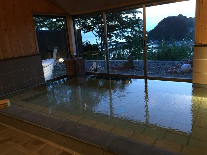 4つある大浴場からももちろん雑賀崎漁港が一望できます。平成25年にできた新しいお風呂「ありがとうの湯」は、体が芯から温まりまり、お肌がツルツルになると大好評なのだとか。