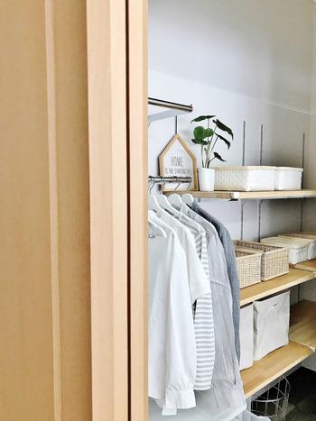 靴下や下着など、細かいアイテムがごちゃごちゃになってしまいがちなクローゼット。忙しい朝でも見やすく、取り出しやすい収納棚にしておくのがポイントです。