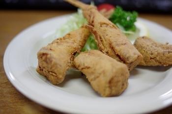 下関の地魚やふぐ料理が楽しめる、昭和27年創業の老舗大衆酒場。天然とらふぐの刺身をはじめ、ふぐの唐揚げやふぐちりなど、新鮮なふぐ料理が種類豊富に味わえます。