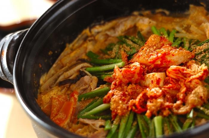 白菜キムチを使った辛いスープに牛乳を混ぜてコクのある味わいとなった鍋スープ。種類豊富なたくさんの具材は、旨味のあるピリ辛味が浸み込んでお酒とも相性抜群です。