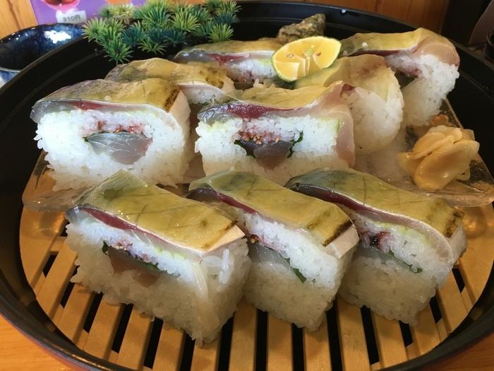 関サバ・関アジの町・佐賀関で指折りの活き魚料理のお店。生簀からぴちぴちの魚を上げて、調理してくれます。関サバの姿造りや関サバ御膳なども人気ですが、酢締めしない生の関サバを使った「関サバ寿司」も名物。こりこりした歯応えの関サバは、通常の鯖とは一線を画す味わいです。