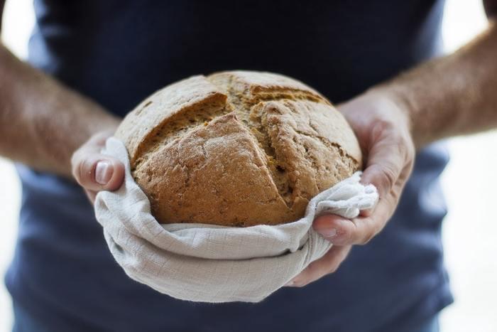 酵母は、パンを膨らませるために使います。パン作りに向いている酵母を培養したものが、一般的にはイーストと呼ばれています。天然酵母は、果物や穀物などの食物に付着している酵母を培養して増やしたものを主に指しています。