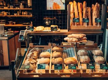 酵母にはさまざまな種類があり、お店ごと、パンごとの特徴があります。天然酵母のパンというと「酸味が強い」「噛みごたえがある」というイメージを持っている人もいるかもしれませんが、甘みややわらかさにこだわったパンを目指しているお店もあります。いろいろなお店をめぐって、自分の好みの味を探すのも楽しみのひとつです。今回は、東京都内で天然酵母を使ったパンを焼いているパン屋さんをご紹介します。
