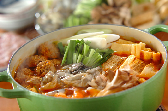 市販のキムチ鍋スープを使うこちらのレシピは、追加で黒コショウを入れるのがポイント。キムチとコショウのピリ辛さが体をポカポカにしてくれます。フーフーしながらたくさん食べたいですね♪