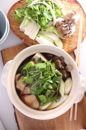 独特の香りとシャキッとした食感が特徴のせりをたっぷり頂けるせり鍋。スープはシンプルな出汁ベースですが、鶏肉の旨味も混じってクセになる味わいです。野菜やお豆腐と一緒に召し上がれ♪