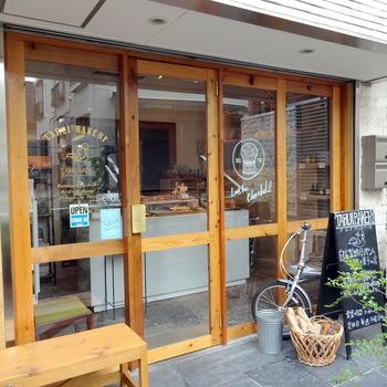 小田急線参宮橋駅から2分ほどのところにある「タルイベーカリー」。食べやすく甘みのあるパンばかりで、天然酵母のパンを初めて食べるという人にもおすすめのお店です。