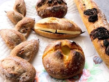 「外はカリッと、中はモチッと」なパンが揃っています。チョコレートが入った「バゲット・オ・ショコラ」や、くるみがゴロゴロ入った「ウォールナッツエピ」など、具材との組み合わせも楽しめます。