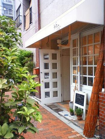 各線浅草駅より徒歩約10分の場所にある「粉花」。レーズンを使った自家製酵母と北海道産の粉でパンを作っています。小さなカフェが併設された、可愛らしい店内も魅力のひとつです。