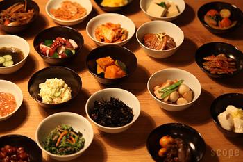 たくさんのおかずを少しずつ盛り付けた小鉢をテーブルに並べて、大人が喜ぶ「おうち飲み会」はいかがでしょう。黒っぽいおかずには白い小鉢、白っぽいおかずには黒い小鉢を使うとおいしそうに見えますね。