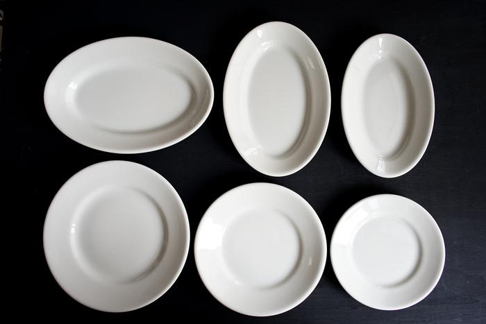 まるで真っ白いキャンバスのように、どんなお料理でも受け入れてくれる白いプレートはぜひ持っておきたいアイテムです。ホテルで使われているような、適度な厚みと安定感のあるこんなデザインがおすすめです。