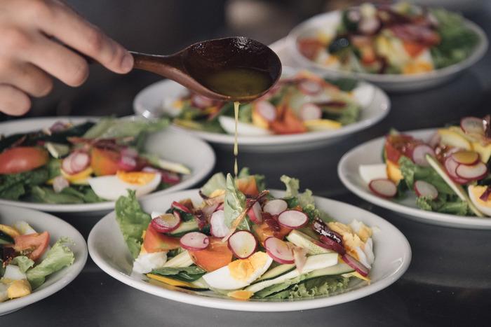 白いお皿にのせたいお料理の定番は、洋食。サラダやパスタなどの気取りすぎないメニューが似合います。大人数をもてなすパーティーは、大きめの白いお皿でワンプレートディナーにすると、盛り付けも片付けもラクラクです。