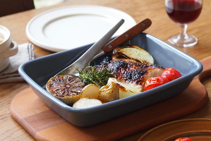 アツアツのできたてお料理でおもてなししたいなら、グラタン皿が便利です。オーブンで焼いたら、木製のカッティングボードにのせてそのままテーブルへ。グラタンやドリアはもちろん、野菜やお肉を香草と一緒に焼いて出すのも素敵です。