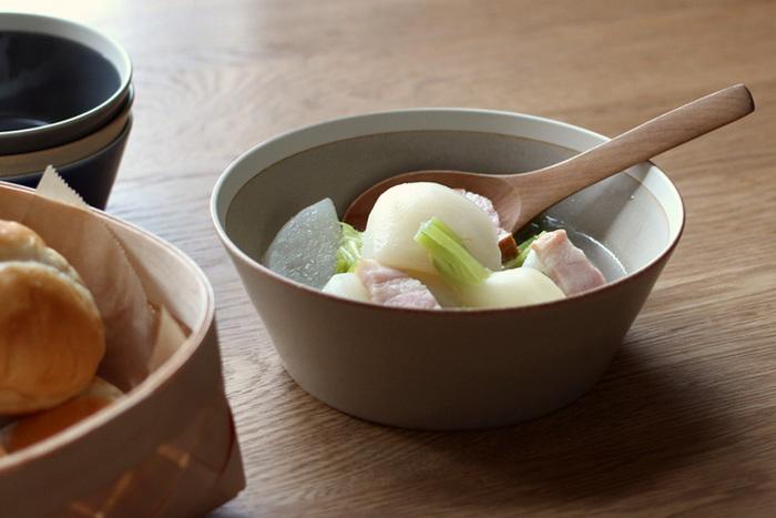 石のようにさらっとした質感のボウルは、サラダはもちろん和風の煮込み野菜や、おでんにも合います。また、フルーツを入れておいても華やかにまとまりますよ。