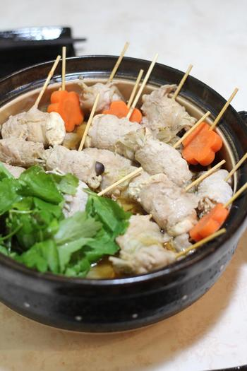 白菜やキノコなどを豚肉で巻いて串刺しにしたものを煮込むお鍋です。ボリューム感があるのに、お肉の中身は野菜なのでヘルシー。取り分けもしやすいので、子供と一緒に食べる時にもおすすめです。
