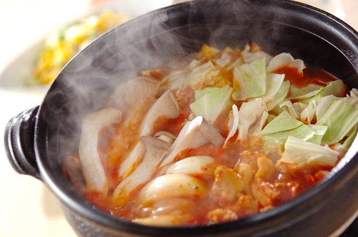 トマトの水煮やトマトジュースを使ったスープにカレーを効かせたお鍋。スパイシーな香りが食欲をそそりそう。キャベツやエリンギなどの野菜をたっぷり頂ける洋風お鍋です。