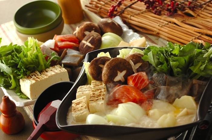 酒粕と味噌を使ったスープに生鮭やじゃがいも、こんにゃくなどを入れるアレンジお鍋。具材がゴロゴロたくさん入って、食べ応えも抜群。お肉ではなく鮭なので、ヘルシーに頂けるのも嬉しいですね。