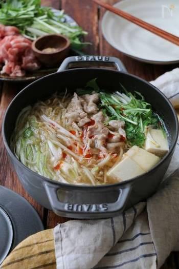 鶏ガラスープの素と昆布だしで作る中華スープのお鍋。もやしをたっぷり入れるのでお財布にもやさしいメニューです。最後に胡麻ラー油をかけてピリ辛味のアクセントを。