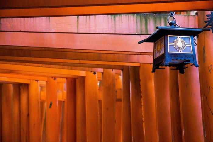 五穀豊穣や金運アップなどのご利益がある伏見稲荷大社ですが、その姿そのものも日本らしい情緒があります。また、伏見稲荷名物のグルメやお土産もあり、楽しみが多いのも嬉しいところ。伏見稲荷大社の様々な魅力をぜひ体感してみてくださいね。