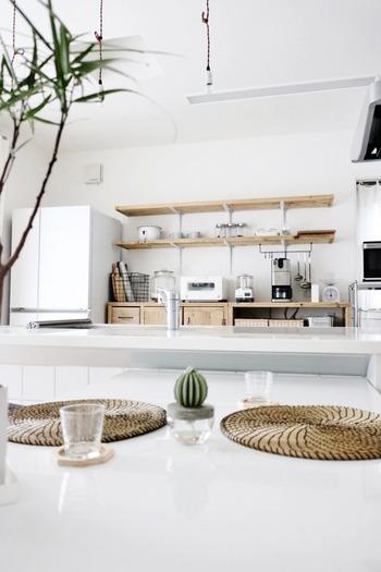 棚を替えられなくても、空いたスペースを広く取るだけで、印象は大きく変わります。  置いてある雑貨も、白いものやガラスなど、重さを感じないものなので、圧迫感はありませんね。