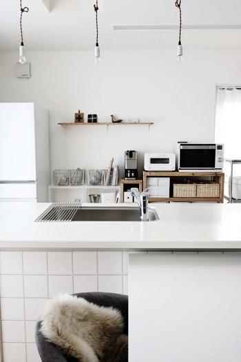 お部屋からキッチンを見たとき、目線が遠くへいくほど、置いてある物の高さは低くなっていくほうが、遠近法により広く感じられます。  キッチンでは、目線より低い家具を取り入れ、物を積み上げないよう収納しましょう。