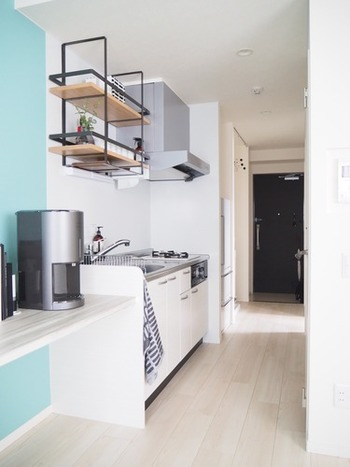 こちらのブロガーさん宅も、壁面に物を置かず、十分なスペースを取ってあるので、広く明るく見えます。  玄関からキッチンまでのスペースにも、床に物がなくすっきり。 壁面と床がしっかり見えていることで、縦長効果により奥行きが感じられます。