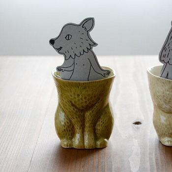 動物をモチーフとした物語性溢れる木工作品を生みだしている夫婦ユニット「KIYATA」の木彫りの原型から作った陶器のカップ。もこもこの毛皮をすっぽりと脱ぎ捨てたユーモアたっぷりのデザインで、思わず笑みがこぼれます。