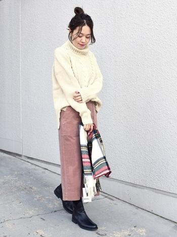 タイトなコーデュロイのスカートに、柔らかな印象のケーブルニットを合わせて。足元をブーツで引き締めれば、ぼやけた印象になりません。