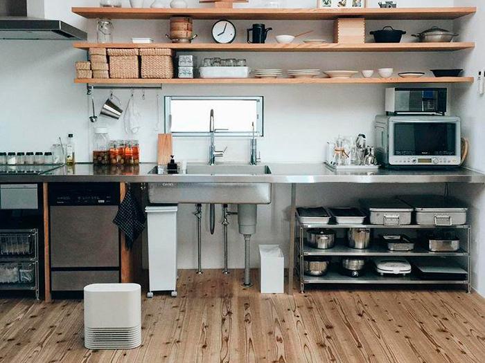 キッチンで作業するときは足元に持ってきて。ルーバーを上向きにすれば、腰のあたりまで温かい風が届きます。かもめさんのお宅は吹き抜けがあるため、冬場はエアコンの風が抜けてしまい足元のヒーターは必須だそう。  使いたいときに、使いたい場所へ――小回りが効くことで、1台あれば家中どこでも快適に過ごすことができそうですね。