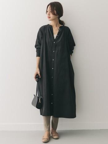 黒のコーデュロイなら、ちょっぴりクールな印象にも。足元を淡いヌーディーなカラーで揃えれば、重すぎません。