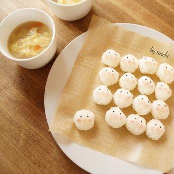 豪華な食材を使っているワケではないけれど、食卓のみんなを笑顔にしてくれる一品。1個1個の表情が違うところもカワイイですよね。これなら、遊ぶのに夢中になった子どもたちもパクッと口に入れてくますよ。