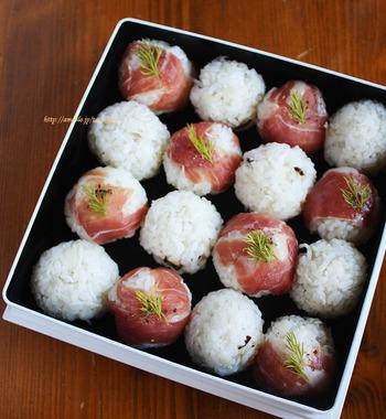 パーティの定番食材「生ハム」を使って、ちょっとリッチなおむすびがいかが? 紅白の彩りで交互に並べると、クリスマス気分を演出できますよ。