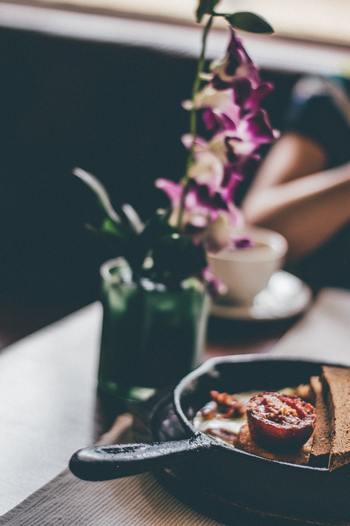 例えば、テーブルに1つでもグリーンや可憐な花を飾ってみましょう。一輪の花で十分です。美味しいものがより美味しく感じられるような気がしませんか?