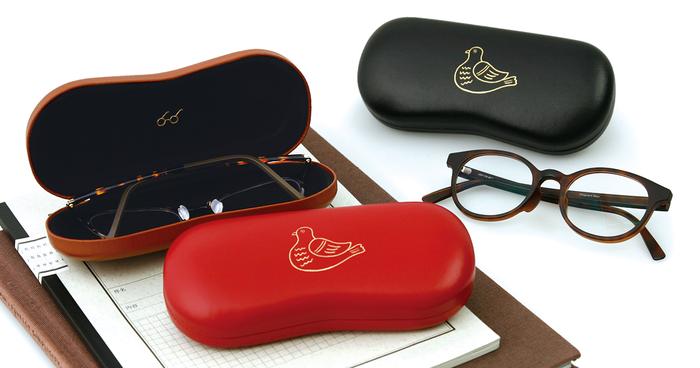 鳥のイラストがプリントされたクラシカルなメガネケース。大きめなメガネやサングラスも余裕で入るサイズです。シンプルながらユニークなデザインは大人向き。蓋の裏側にもメガネマークが隠れていて、開けたときもちょっと嬉しい気分になれますよ。