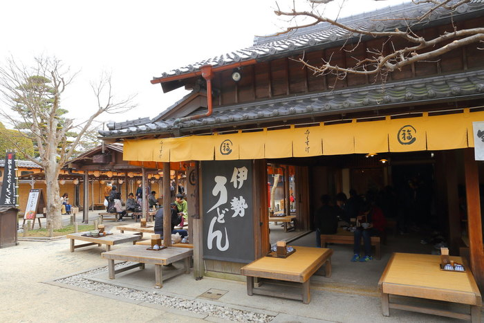 江戸時代から大評判だったうどん屋「どぶろく」を現代に再現させたのが「ふくすけ」。伊勢名物、伊勢うどんの人気店です。 風情ある昔ながらの外観が素敵ですね。雰囲気も一緒に味わうと、さらに美味しく感じるかもしれません。