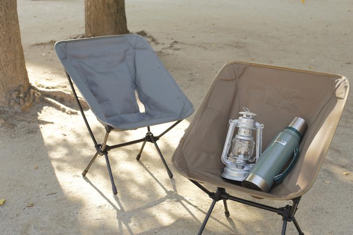 【 Helinox(ヘリノックス)/タクティカルチェア 】 超軽量のテント用ポールを使用した携帯アウトドアチェアは、折りたたむと本当にコンパクトで収納にも場所を取りません。深い座面はすっぽり身体を包んでくれるので、座り心地も抜群。アウトドアチェアらしく、両サイドにはスマホなどの小物を入れておくのにちょうどいいポケットもついています。来客等必要に応じて組み立てるリビングチェアにもおすすめ。落ち着いたカラーは、お部屋のほかのインテリアにもうまくマッチしてくれそうですね。