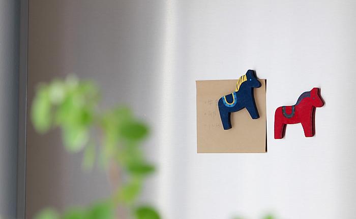 """スウェーデンで""""幸せを運んでくれる馬""""として愛されているダーラナホースの木製マグネット。磁石がつく場所はもちろん、磁石がつかない壁や木のドアなどに両面テープで貼っても素敵です。"""
