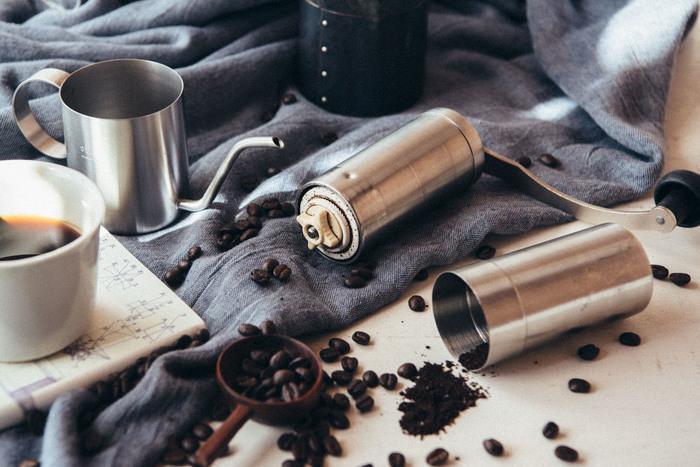 【 ジャパンポーレックス/コーヒーミル 】 スマートでコンパクトなボディのコーヒーミルは、細挽きから粗挽きまで好みの粒度で豆を挽くことができ、香り高いコーヒーを手軽に飲みたい方にぴったり。刃はセラミック製で摩耗しにくく、簡単に外して丸洗いできるので清潔です。 豆を丁寧に手挽きして香りを楽しみながら用意するコーヒータイムは、ちょっと贅沢な時間を味わえますね。
